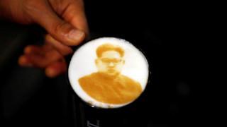 Έναν… Κιμ με πολλή κανέλα: Ο καφές που αλλάζει το προφίλ του ηγέτη της Β.Κορέας