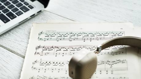Ένας εικονικός βοηθός μουσικοσυνθέτη που αντιλαμβάνεται συναισθήματα