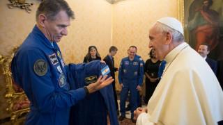 Ο πάπας απέκτησε τη δική του... διαστημική στολή