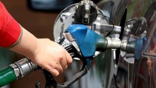 Σέρβοι οδηγοί διαμαρτύρονται για την τιμή της βενζίνης - Τράβηξαν χειρόφρενο στη μέση του δρόμου