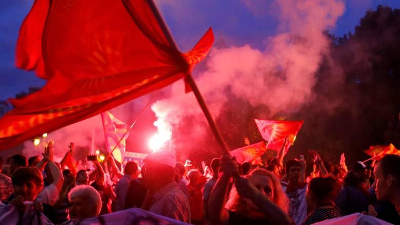 πΓΔΜ: Φωτοβολίδες και συνθήματα για τη συμφωνία