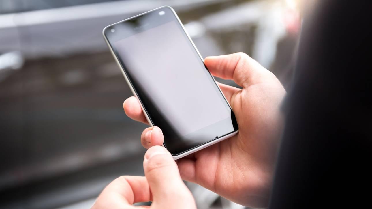 Βαριές... καμπάνες σε όσους οδηγούν και χρησιμοποιούν το κινητό τους τηλέφωνο