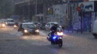 «Ποτάμια» οι δρόμοι της Θεσσαλονίκης: Σφοδρή κακοκαιρία και χαλάζι