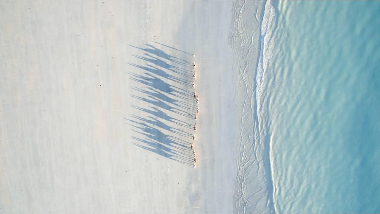 https://cdn.cnngreece.gr/media/news/2018/06/15/134538/photos/snapshot/Cable-Beach-by-DragonEye.jpg