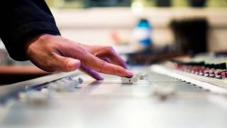 Έχασε τη φωνή του, αλλά κάνει ραδιόφωνο με τη βοήθεια της τεχνητής νοημοσύνης