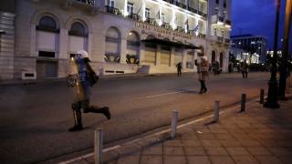 Βουλή: Ελαφρά τραυματισμένος διαδηλωτής και δακρυγόνα σε νέα επεισόδια