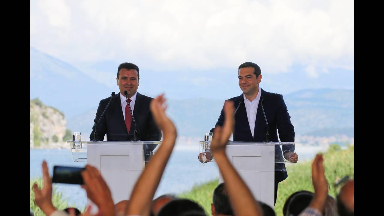 https://cdn.cnngreece.gr/media/news/2018/06/17/134768/photos/snapshot/2018-06-17T082738Z_54537889_RC13A1EE9600_RTRMADP_3_GREECE-MACEDONIA-NAME-AGREEMENT.JPG