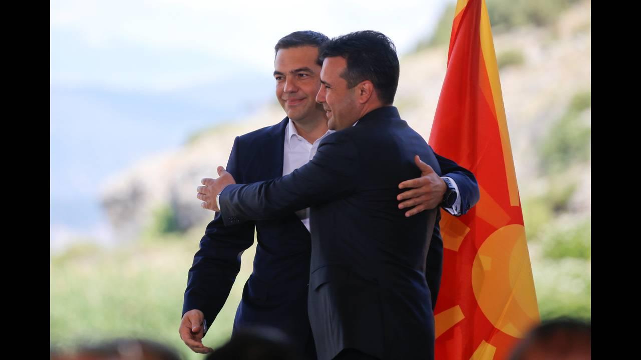 https://cdn.cnngreece.gr/media/news/2018/06/17/134768/photos/snapshot/2018-06-17T083525Z_1585872625_RC1CCC774DA0_RTRMADP_3_GREECE-MACEDONIA-NAME-AGREEMENT.JPG