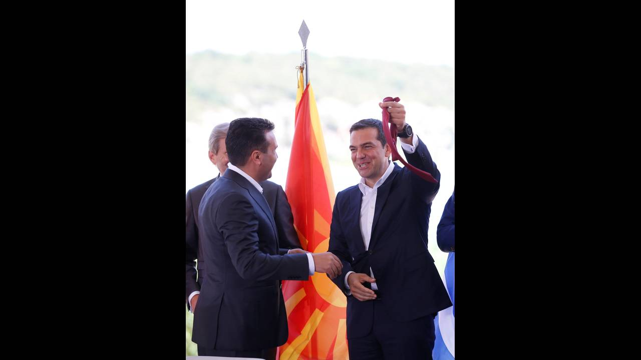 https://cdn.cnngreece.gr/media/news/2018/06/17/134768/photos/snapshot/2018-06-17T090623Z_888722006_RC18A8594B40_RTRMADP_3_GREECE-MACEDONIA-NAME-AGREEMENT.JPG