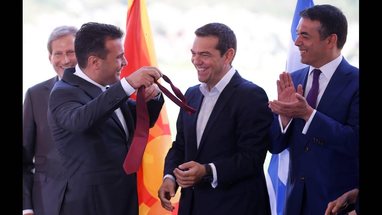 https://cdn.cnngreece.gr/media/news/2018/06/17/134768/photos/snapshot/2018-06-17T090923Z_1923446638_RC1CB3E27E60_RTRMADP_3_GREECE-MACEDONIA-NAME-AGREEMENT.JPG