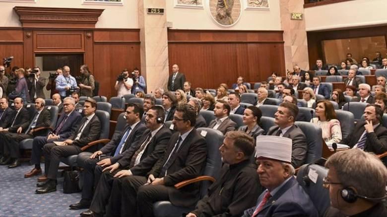 «Θύελλα» και ύβρεις στη Βουλή της πΓΔΜ: Πήρε το πρώτο «ναι» η συμφωνία