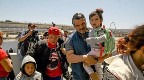 H «μελωδία» της δυστυχίας: Παιδιά μεταναστών κλαίνε αναζητώντας τους γονείς τους