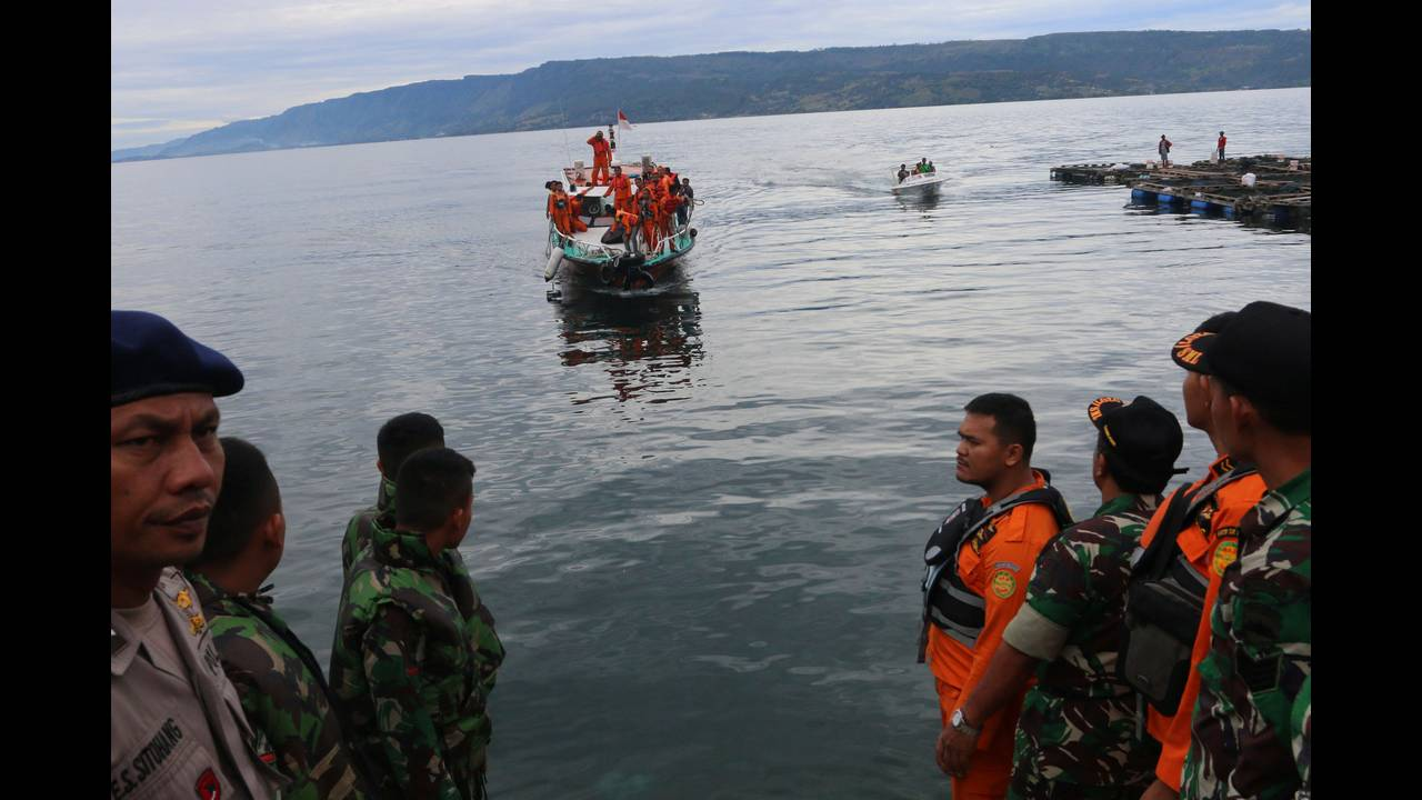 https://cdn.cnngreece.gr/media/news/2018/06/20/135185/photos/snapshot/2018-06-20T043155Z_404767917_RC1C2EF709E0_RTRMADP_3_INDONESIA-FERRY.JPG