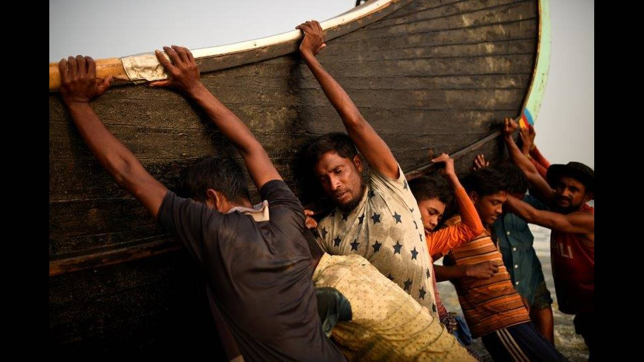 https://cdn.cnngreece.gr/media/news/2018/06/20/135280/photos/snapshot/2018-06-11T231225Z_508282014_RC1689FA7E80_RTRMADP_3_MYANMAR-ROHINGYA-FISHING.jpg