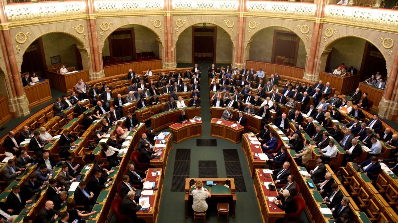 Ουγγαρία: Ψηφίστηκε το νομοσχέδιο που ποινικοποιεί την παροχή βοήθειας σε μετανάστες