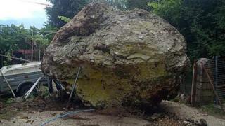 Ιωάννινα: Τεράστιος βράχος «προσγειώθηκε» σε... αυλή σπιτιού