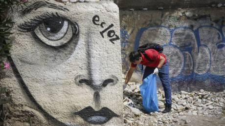 Πρόσφυγες καθάρισαν την παραλία του Μπάτη στο Π. Φάληρο