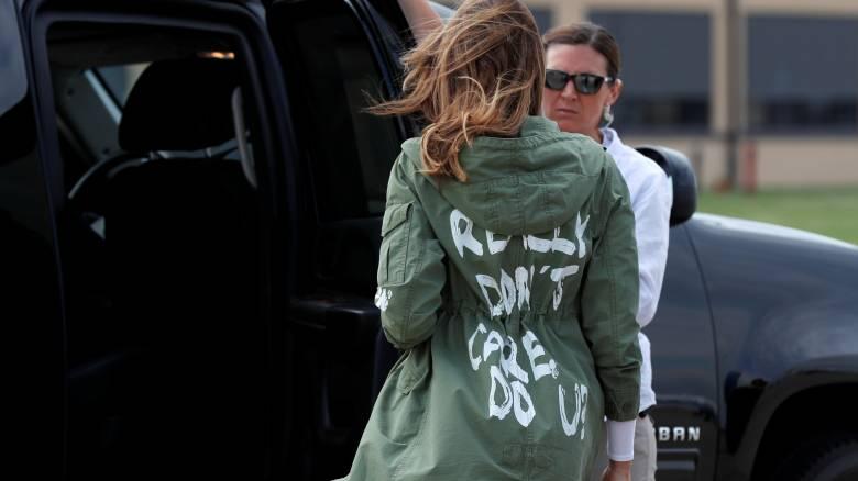 Σάλος κι ερωτήματα για το μπουφάν της Μελάνια Τραμπ