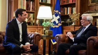 Τον Πρόεδρο της Δημοκρατίας ενημερώνει ο Τσίπρας για τη συμφωνία στο Eurogroup