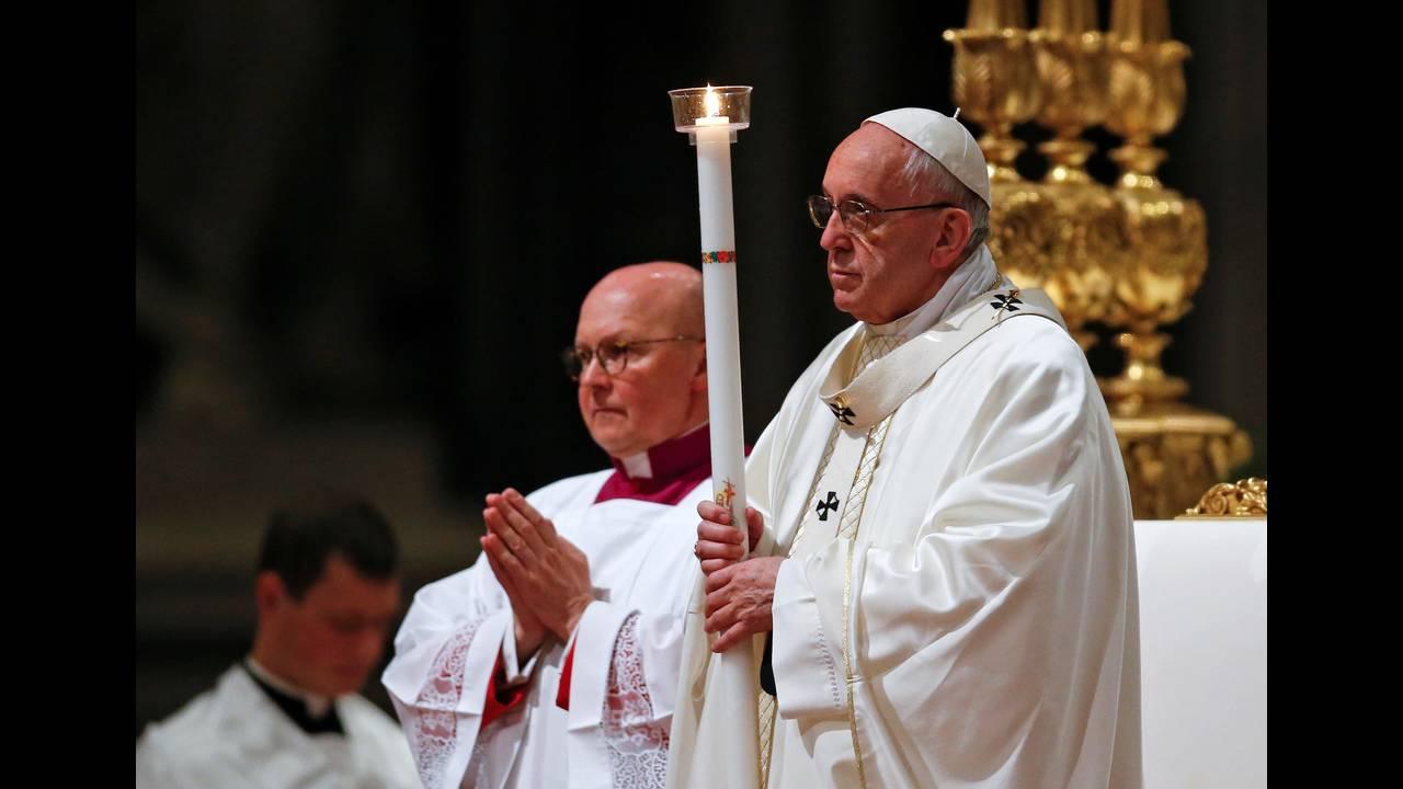 https://cdn.cnngreece.gr/media/news/2018/06/22/135618/photos/snapshot/2018-03-31T185437Z_1204851691_RC14586733D0_RTRMADP_3_RELIGION-EASTER-POPE-VIGIL.JPG
