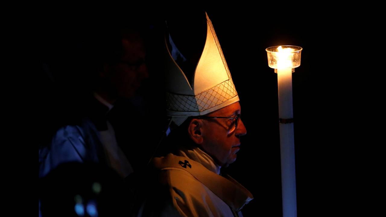 https://cdn.cnngreece.gr/media/news/2018/06/22/135618/photos/snapshot/2018-03-31T202841Z_1777639455_RC1C02E905B0_RTRMADP_3_RELIGION-EASTER-POPE-VIGIL.JPG