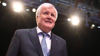 Χορστ Ζέεχοφερ: Ο «πονοκέφαλος» της Μέρκελ που «φλερτάρει» με τους ψηφοφόρους του ακροδεξιού AfD