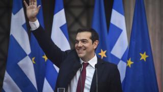 «Επιχείρηση γραβάτα»: Καρέ-καρέ η προετοιμασία του πρωθυπουργού στο Μαξίμου