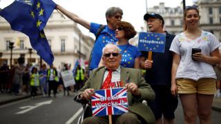 Στους δρόμους οι Βρετανοί - Ζητούν δημοψήφισμα για τη συμφωνία για το Brexit