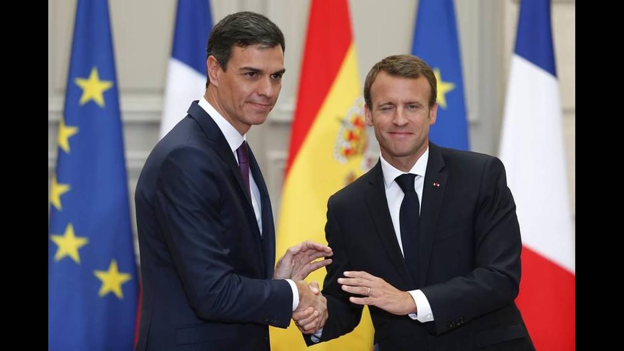 https://cdn.cnngreece.gr/media/news/2018/06/23/135736/photos/snapshot/2018-06-23T142222Z_2031138371_UP1EE6N13X9Q5_RTRMADP_3_FRANCE-SPAIN-MACRON-SANCHEZ.jpg