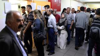 Εκλογές Τουρκία: Κοσμοσυρροή στα εκλογικά κέντρα της χώρας