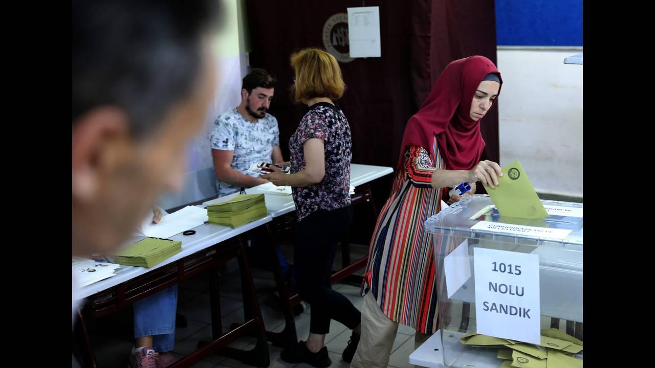 https://cdn.cnngreece.gr/media/news/2018/06/24/135811/photos/snapshot/2018-06-24T054144Z_609920294_RC183FBCF870_RTRMADP_3_TURKEY-ELECTION.JPG