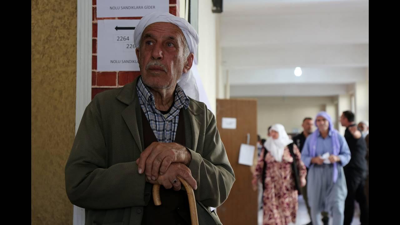 https://cdn.cnngreece.gr/media/news/2018/06/24/135811/photos/snapshot/2018-06-24T074624Z_708507510_RC1C03F6EA80_RTRMADP_3_TURKEY-ELECTION.JPG