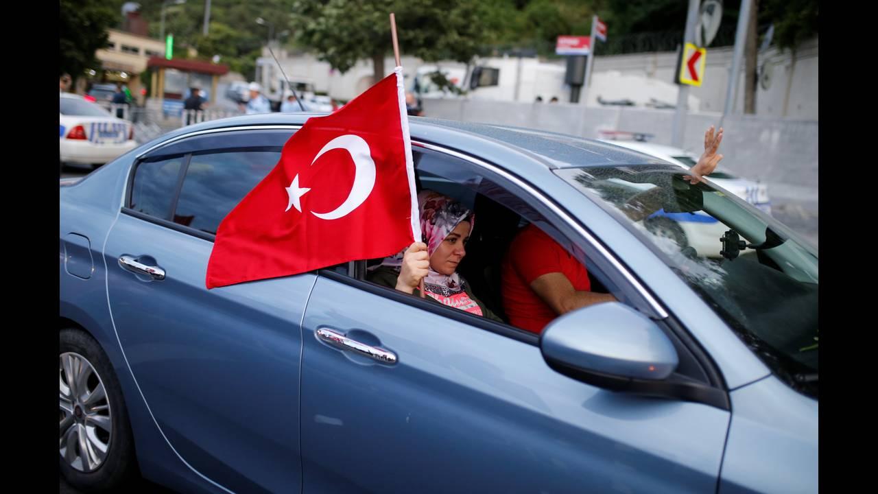 https://cdn.cnngreece.gr/media/news/2018/06/24/135873/photos/snapshot/2018-06-24T165436Z_2122401642_RC1ABC69CE30_RTRMADP_3_TURKEY-ELECTION.JPG