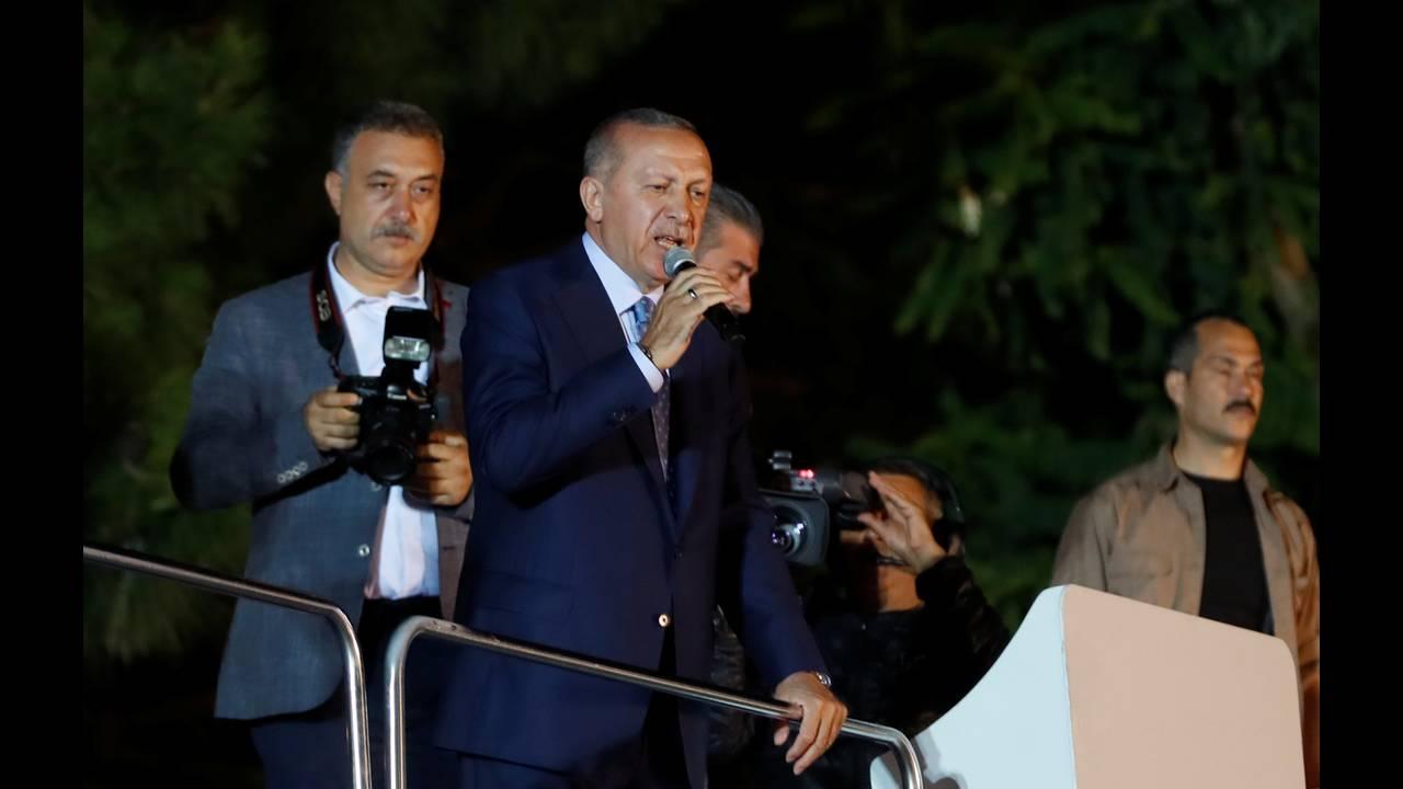 https://cdn.cnngreece.gr/media/news/2018/06/24/135885/photos/snapshot/2018-06-24T202415Z_1333567287_RC1ED566E0D0_RTRMADP_3_TURKEY-ELECTION.JPG