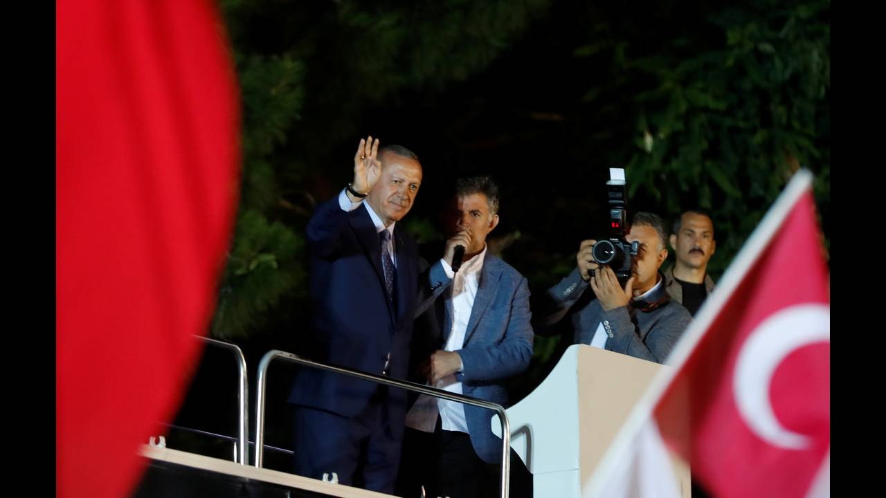 https://cdn.cnngreece.gr/media/news/2018/06/24/135885/photos/snapshot/2018-06-24T202452Z_1055808403_RC1534C150D0_RTRMADP_3_TURKEY-ELECTION.JPG