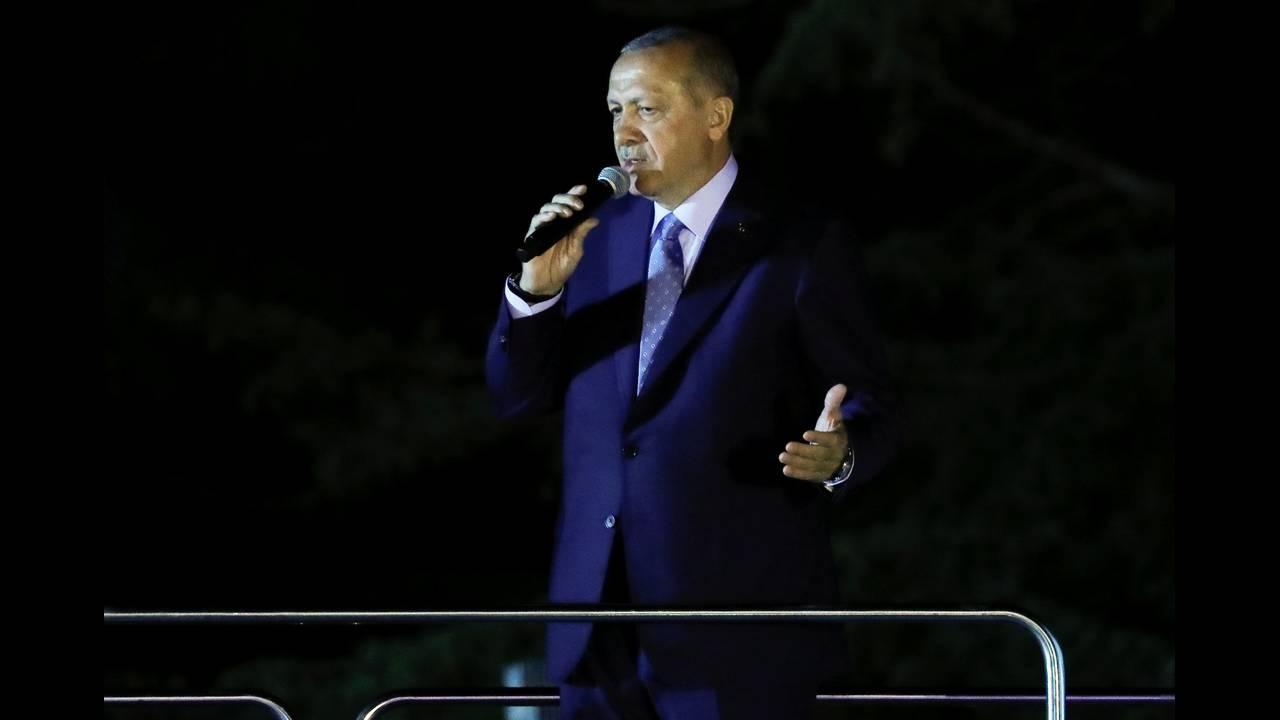 https://cdn.cnngreece.gr/media/news/2018/06/25/135895/photos/snapshot/2018-06-24T201948Z_949881393_RC17C8E4E1A0_RTRMADP_3_TURKEY-ELECTION.JPG