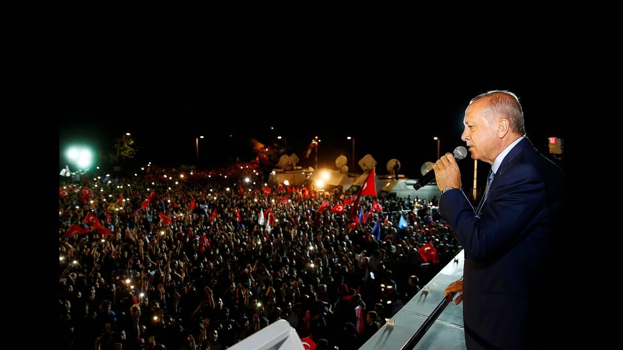 https://cdn.cnngreece.gr/media/news/2018/06/25/135895/photos/snapshot/2018-06-24T205142Z_1837108566_RC191F0C0CF0_RTRMADP_3_TURKEY-ELECTION.JPG