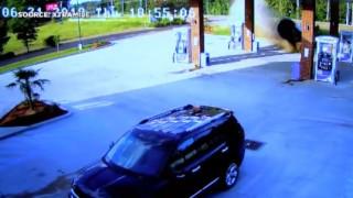 ΗΠΑ: Γυναίκα «καρφώνεται» με το αμάξι της σε βενζινάδικο