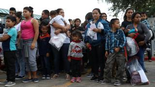 ΗΠΑ: Δικαστής απαγορεύει τον διαχωρισμό των οικογενειών στα σύνορα