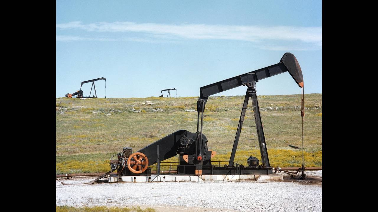 https://cdn.cnngreece.gr/media/news/2018/06/28/136384/photos/snapshot/oil-pump-jacks-1425456_1280.jpg