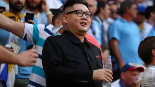 Ο «Κιμ Γιονγκ Ουν» παίζει μπάλα και χορεύει στους ρυθμούς του Μουντιάλ