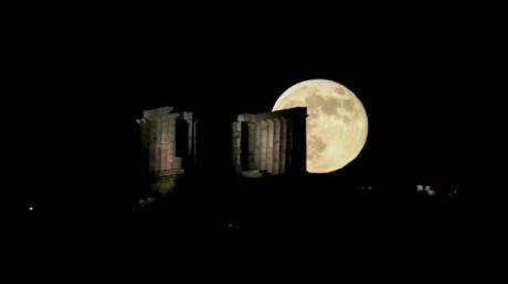 Πώς φάνηκε το «strawberry moon» από το Σούνιο