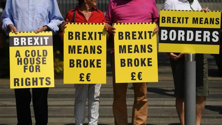 Brexit: Πληθαίνουν οι Βρετανοί που αλλάζουν υπηκοότητα