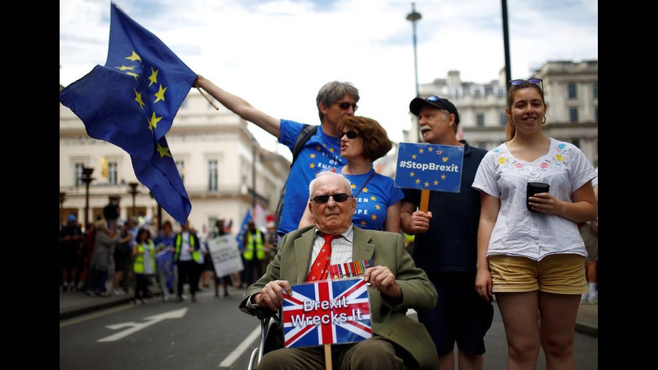 https://cdn.cnngreece.gr/media/news/2018/06/30/136761/photos/snapshot/2018-06-23T115039Z_488326497_RC1D4A9A94E0_RTRMADP_3_BRITAIN-EU-MARCH.jpg