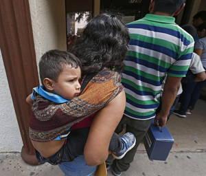 Οι οικογένειες μεταναστών περπατούν στις καθολικές φιλανθρωπικές οργανώσεις στο McAllen του Τέξας, στις ΗΠΑ στις 29 Ιουνίου 2018.