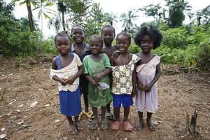 Μια παρέα παιδιών καθώς ποζάρουν στο φακό στην αυλή της φάρμας τους κοντά πόλη Malcolm Jay στην κομητεία Grand Bassa της Λιβερίας.