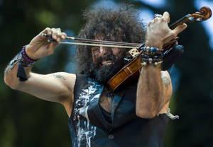 Ο ισπανός βιολονίστας Ara Malikian, που γεννήθηκε στο Λίβανο, προετοιμάζεται για την βραδινή συναυλία του στο Open Air Stage Margaret Island στο νησί Margaret στη Βουδαπέστη της Ουγγαρίας στις 29 Ιουνίου 2018.