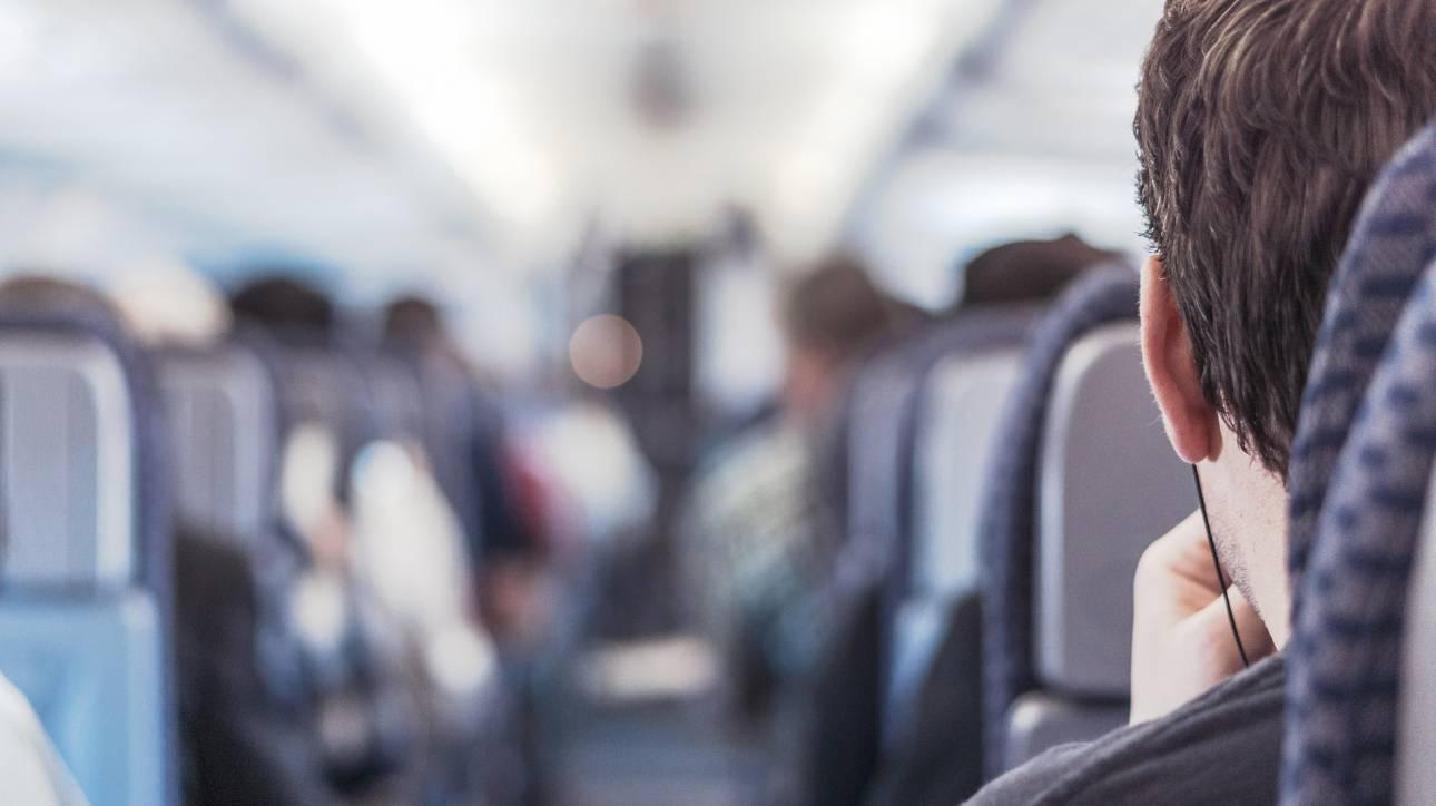 Απίστευτες σκηνές σε πτήση: Έξαλλος επιβάτης… κουτουλάει αεροσυνοδό