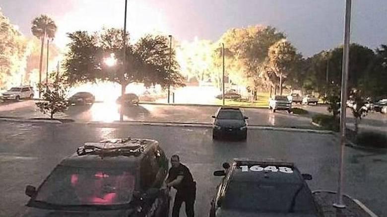 Μεγάλο σοκ για αστυνομικό στη Φλόριντα: Κεραυνός έπεσε ακριβώς πίσω του