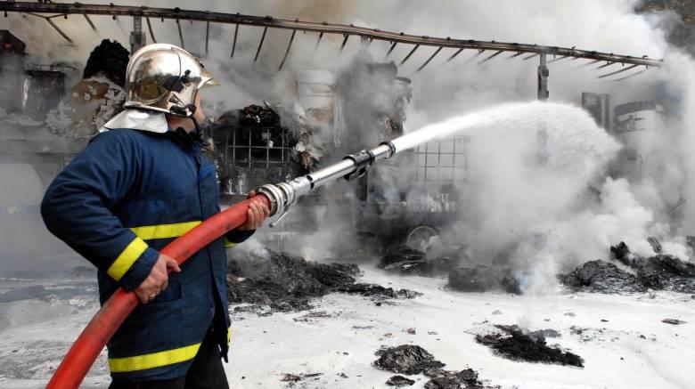 Φορτηγό τυλίχτηκε στις φλόγες στην εθνική οδό Αθηνών-Κορίνθου